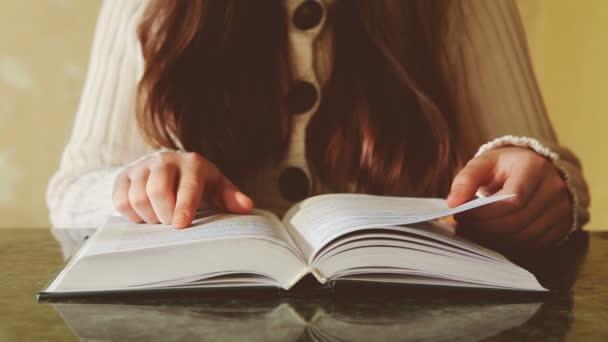 Fiatal gyönyörű nő, olvassa el a könyvet, lehet használni, mint a pihenés vagy oktatási koncepció