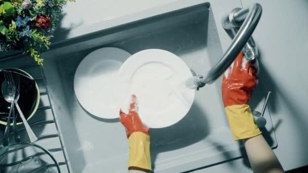 Ruční mytí bílé desky pod silným proudem vody