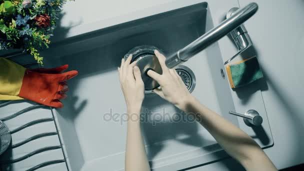 Riempire Il Bollitore Sotto Lu0027acqua Corrente Nel Lavello Della Cucina U2014  Video Stock