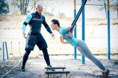 Fényképek Karcsú nő vele edző gyakorolja
