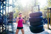 Boxer žena dělá, cvičit
