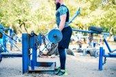 Svalnatý muž dělá cvičení s činka