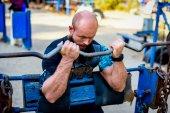 Svalnatý muž dělá vzpírání cvičení