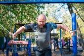 Člověk dělá cvičení s hmotností