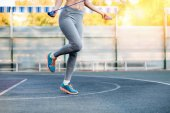 Fotografie sportliche Frau mit Springseil
