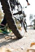 Fotografie Rückansicht des Menschen mit dem Fahrrad