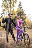cyklistů s koly na podzim park