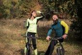 Pár cyklistů na podzim park