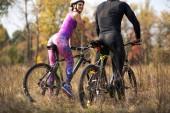 Cyklisté na podzim park