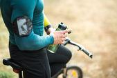 Fotografie Cyklista hospodářství láhev vody