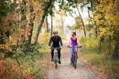 Photo Couple cycling outdoors