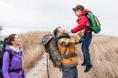 Šťastný otec drží malého syna