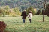 Photo Mature couple walking in autumn park