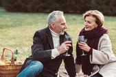 Usmívající se pár držení sklenice na víno