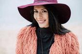 Krásná usměvavá žena v klobouku