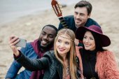 Photo Happy people taking selfie at picnic