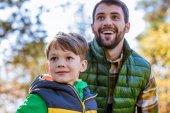 Šťastný otec a syn v parku