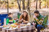 Šťastná rodina na pikniku