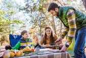 šťastná rodina na piknik