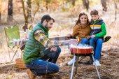 Rodinné grilování masa na grilu