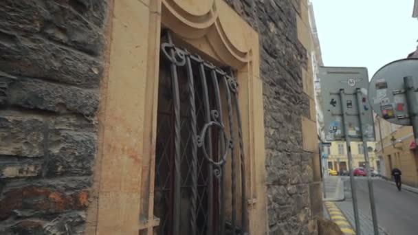 Okna, mříže, středověká budova
