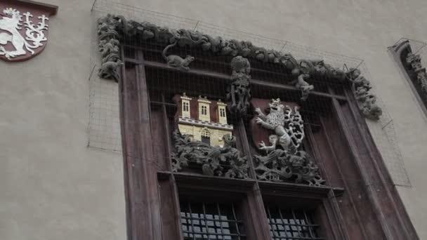 Okna, mříže, středověká budova.
