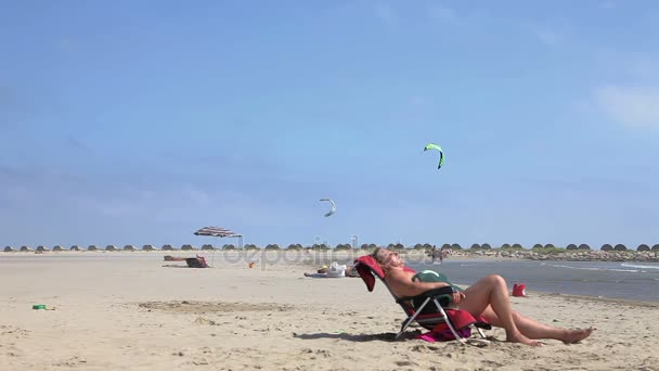Spanyolországi tengerpartjai Katalóniában. Egy ejtőernyős szárny tervek az égen