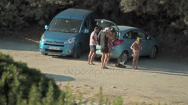 Parkování aut v blízkosti pláže. Cala Mendia –. Mallorca