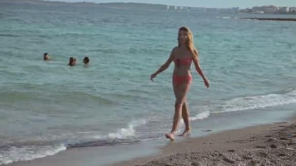 Persone fare il bagno e riposo sulla spiaggia. Spiagge spagnole in ...