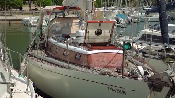 Jachta je ukotven vedle na pláž. Španělské parkování jachty v provinčním městečku Porto Cristo. Mallorca