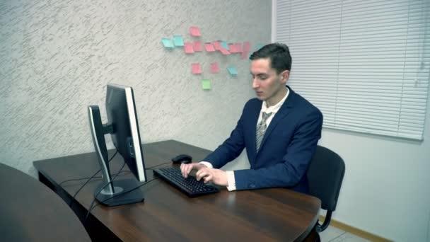 Mladý podnikatel, psaní na klávesnici v úřadu