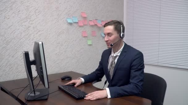 Zástupce oddělení služeb zákazníkům mladí mluví ke klientovi