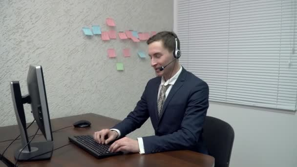 zástupce oddělení služeb zákazníkům šťastné mladé mluví ke klientovi
