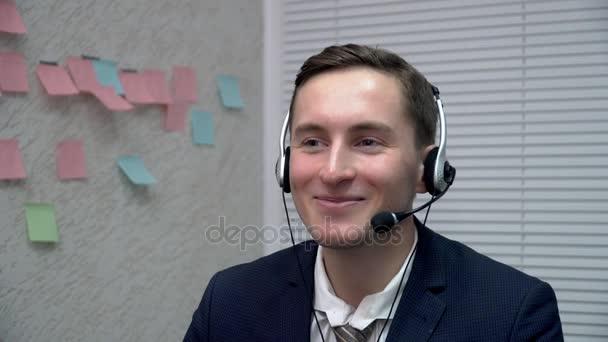 Detailní záběr na zástupce oddělení služeb zákazníkům mladých mluvit klienta v kanceláři