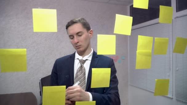 Fiatal üzletember cetlik irodában írásban