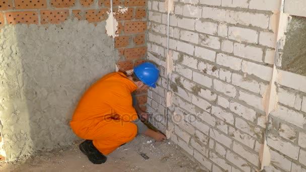 Fiatal munkavállaló dolgozik, a szint az emeleten