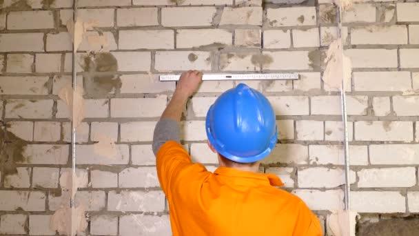 fiatal munkavállaló szint használata az építkezés során