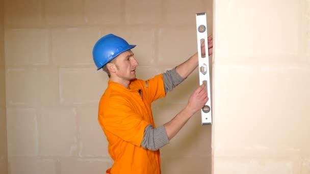 Fiatal munkavállaló a falat szint ellenőrzés