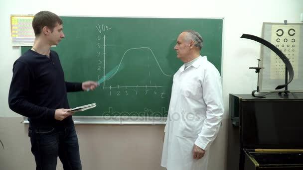 diák válaszol a tanár a táblára az osztályteremben közelében
