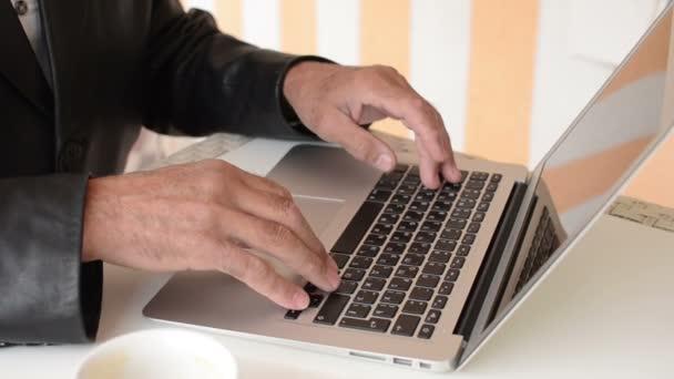 Nahaufnahme des alten Mannes arbeiten mit dem Laptop im café