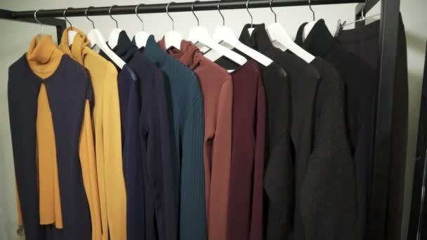 Různé oblečení na ramínkách v butiku