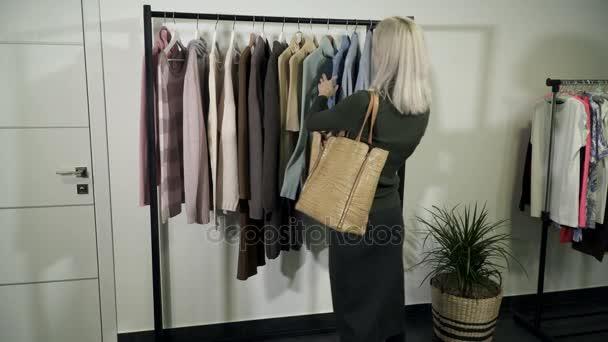 Žena, která dělá nakupovat v novém obchodě oblečení a kontroly ceny