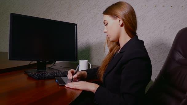 zadní pohled na podnikatelka pracující s grafický tablet v úřadu