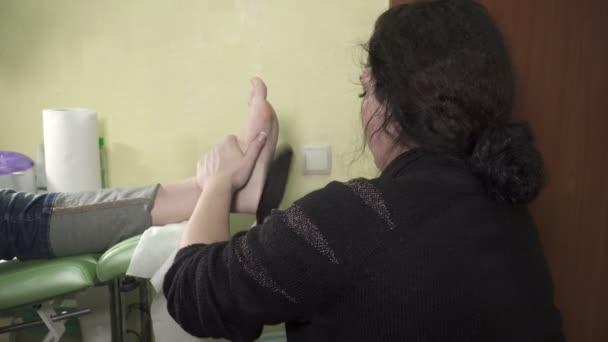 Profesionální pedikúra hlavní scrubing nohy v salonu