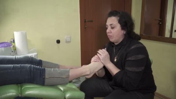 Profesionální pedikúra hlavní scbubing nohy