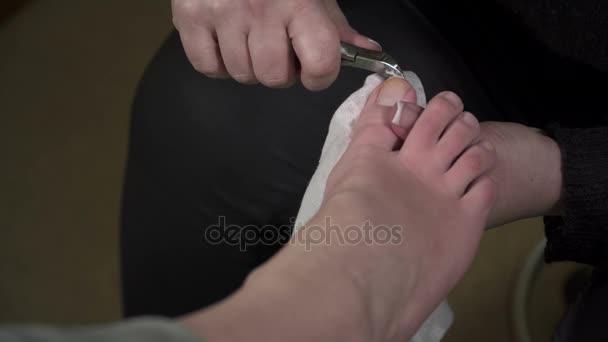 Profesionální pedikúra hlavní stříhání kůžičky