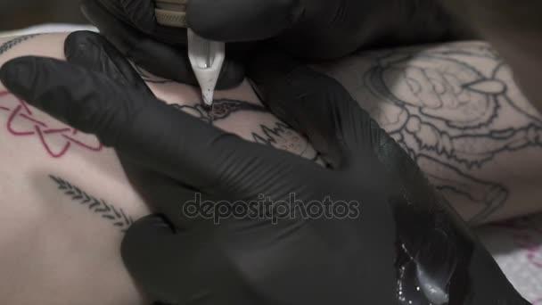 Zpomalený pohyb tetoval barevné tetování tetování stroj