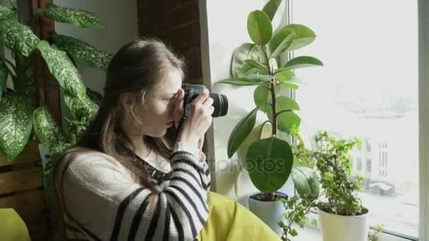 Dospívající dívka fotografování oknem s fotoaparátem