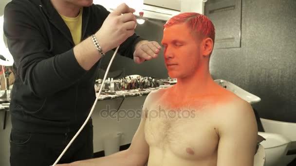 Make-up master zahrnuje modely vlasy a obličej s oranžovou barvou