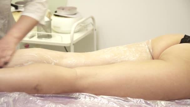 Cokoliv dělat masáž nohou pro mladou ženu na gauči, closeup